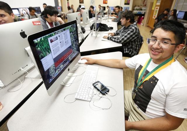 Son pocos los latinos, como Francisco Javier Villegas, que cursan clases de computación. Foto: Aurelia Ventura/La Opinion